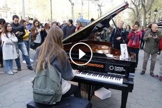 Vés a: La música de 10 pianos de cua omple el Passeig de Gràcia de Barcelona