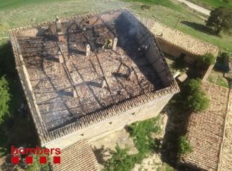 Crema totalment la coberta d'una masia de Llobera
