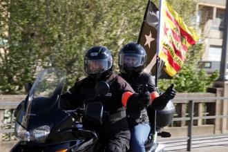 Desenes de motos amb estelades passen per Solsona en la Motorada per la Independència