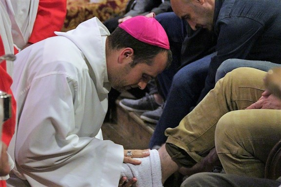 El bisbe de Solsona compleix el ritus de rentar els peus a 12 fidels