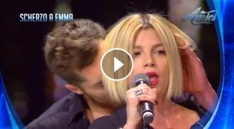 VÍDEO L'assetjament a una cantant com a «broma» televisiva indigna Itàlia