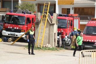 Els Bombers recuperen unes pertinences que havien caigut al pou del Camp del Serra