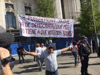 Vés a: VÍDEO «Puigdemont a presó!»: Un grup d'ultres es manifesta contra la conferència del Govern