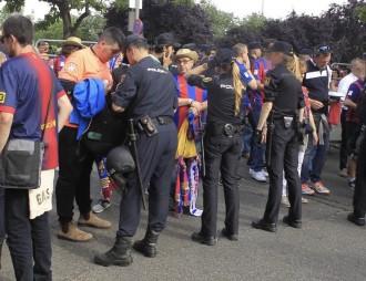 Vés a: La Policia Nacional espanyola requisa estelades al Vicente Calderón abans de la final de Copa