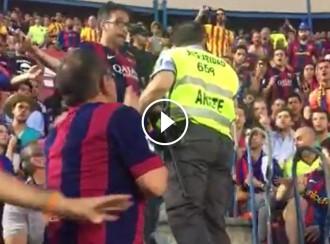 Vés a: Seguidors del Barça «obliguen» un guarda de seguretat a tornar una estelada requisada