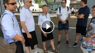 Vés a: VÍDEO Homes en faldilla a la feina com a protesta per no poder portar pantalons curts