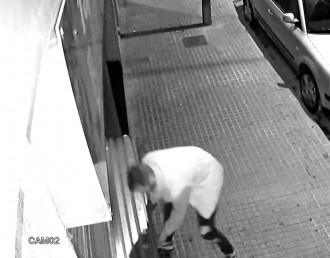 Vés a: Detenen un lladre acusat de 14 robatoris amb força en establiments de Terrassa