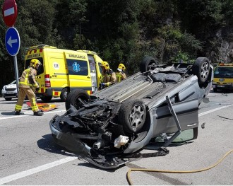 Vés a: Un cotxe bolca en patir un accident quan sortia de la C-17 a Aiguafreda