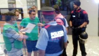 Els Mossos desallotgen els activistes de la PAHC que havien ocupat una oficina del BBVA