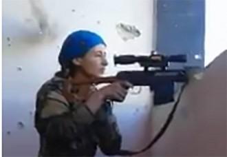 VÍDEO La reacció viral d'una franctiradora kurda després de salvar-se d'una bala d'Estat Islàmic