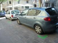 Senyalitzen els aparcaments de la zona verda de la Plaça de Sant Joan