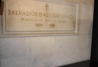 Vés a: La comitiva judicial obre el taüt on hi ha les restes mortals de Salvador Dalí