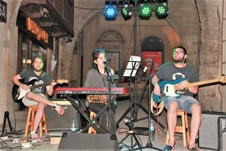Curtains porta la seva melodia tranquila als sopars concerts de la Plaça Major