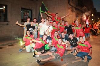 Desenes de joves omplen de festa la Plaça de la Catedral