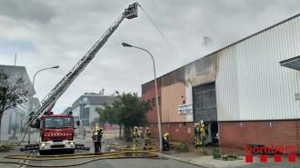 Vés a: Un incendi en una nau industrial a Badalona mobilitza més d'una quinzena d'efectius dels Bombers