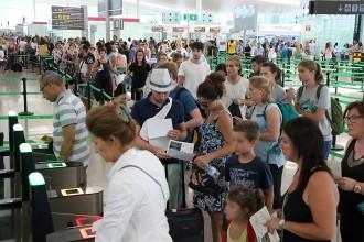 Vés a: Segon dia de cues a l'aeroport del Prat