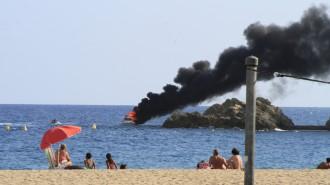 Un iot s'incendia i s'enfonsa al davant de la platja de Blanes
