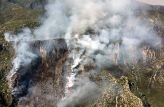 L'incendi del Baix Ebre continua actiu i ja ha cremat 80 hectàrees