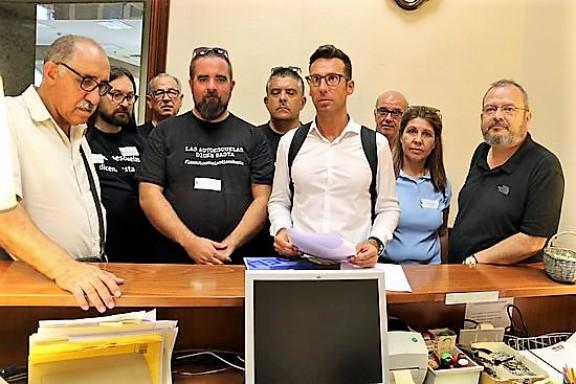 Manifestació de les autoescoles al Congrés per demanar una «solució immediata» per superar la manca d'examinadors