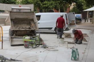 L'ajuntament de Solsona repara algunes rajoles de la Plaça del Camp