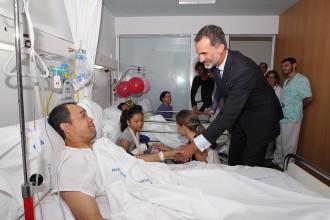 Vés a: Felip VI, primera autoritat que es fotografia amb les víctimes a l'hospital