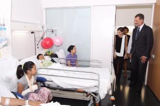Vés a: Zarzuela va demanar als hospitals que Felip VI i Letizia es fessin fotografies amb les víctimes