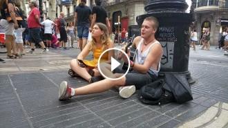 Vés a: VÍDEO Dos cosins de Barcelona canten a la Rambla un himne contra la por