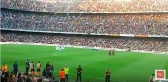 Vés a: VÍDEO El Camp Nou recorda les víctimes dels atemptats amb un emotiu minut de silenci