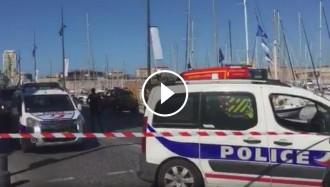 Vés a: Almenys un mort en estampar-se un cotxe contra dues parades de bus a Marsella