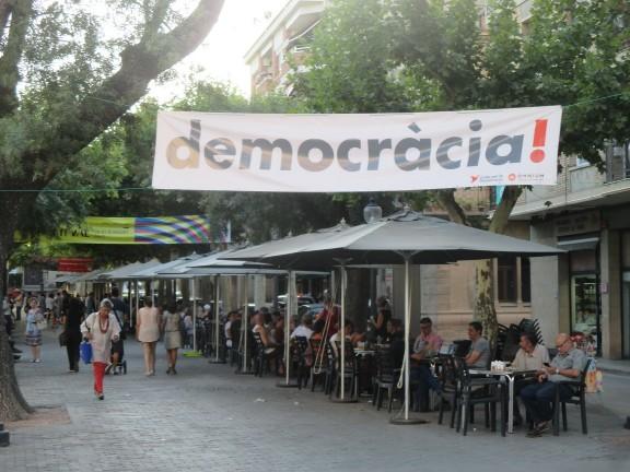Òmnium vesteix places i carrers de «democràcia»