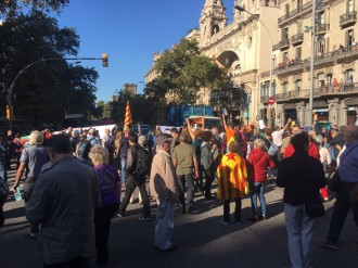 Vés a: VÍDEOS Tallats diversos carrers de Barcelona en protesta per l'operatiu de la Guàrdia Civil contra l'1-O