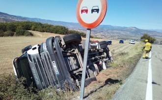 Aparatós accident d'un camió de porcs a la C-1412b a Benavent
