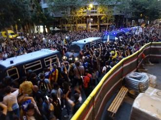Vés a: La CUP guanya la batalla i impedeix a la policia espanyola escorcollar la seu