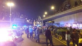 Vés a: VÍDEOS Una vintena de tractors aconsegueixen entrar a Barcelona després de ser aturats per la policia