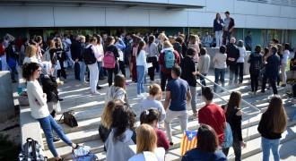 Unes dues-centes persones es concentren a UManresa en defensa de la democràcia