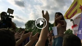 Vés a: VÍDEO Els manifestants canten el «Boig per tu» a una reportera de la Sexta