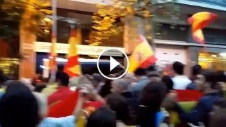 Vés a: VÍDEO Insults i escopinades dels ultres concentrats davant la caserna de la Guàrdia Civil