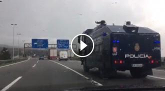 Vés a: VÍDEO La policia espanyola envia una tanqueta amb canó d'aigua a Catalunya