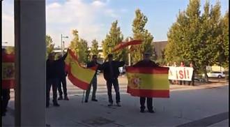 Vés a: VÍDEO Els periodistes desplaçats a Saragossa, víctimes d'insults d'ultres amb banderes espanyoles