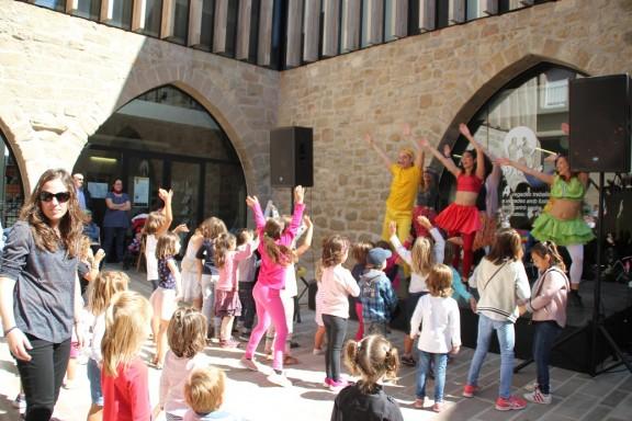 Ball i espectacles infantils omplen la jornada festiva del 10 de setembre