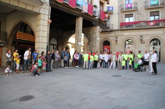 Un grup de solsonins celebren la manifestació a la Plaça Major