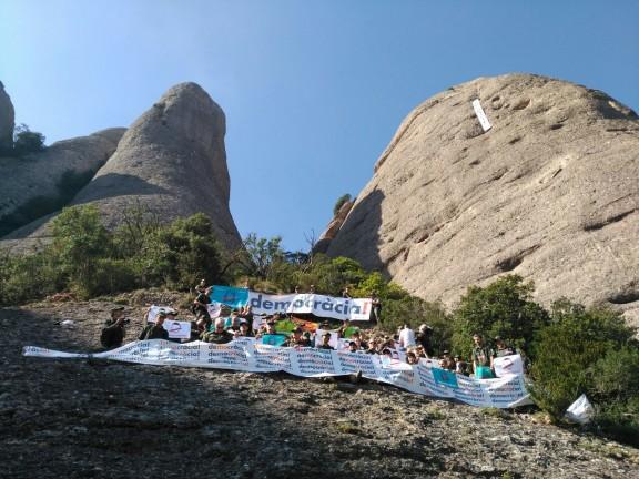 VÍDEO Espectacular acció dels agents rurals a Montserrat en suport al referèndum
