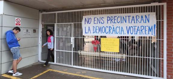 Catalunya decideix el seu futur en un paisatge inèdit d'urnes i setge policial