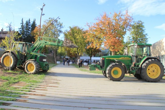 Els tractors protegeixen el col·legi electoral de Solsona
