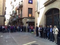 Més d'un centenar de ciutadans es concentren a Solsona per reclamar la llibertat dels presidents de l'ANC i Òmnium