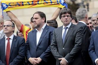 Vés a: Puigdemont respon la suspensió de l'autonomia assistint a la manifestació