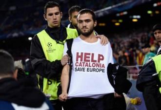 Vés a: «Help Catalonia», el missatge a la samarreta de l'espontani que ha saltat al Camp Nou