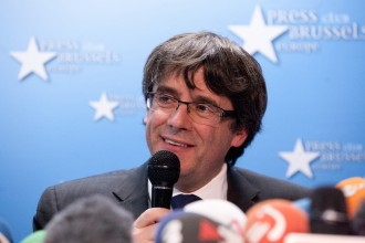 Vés a: Puigdemont no acata el 155 i renuncia al sou d'«expresident»