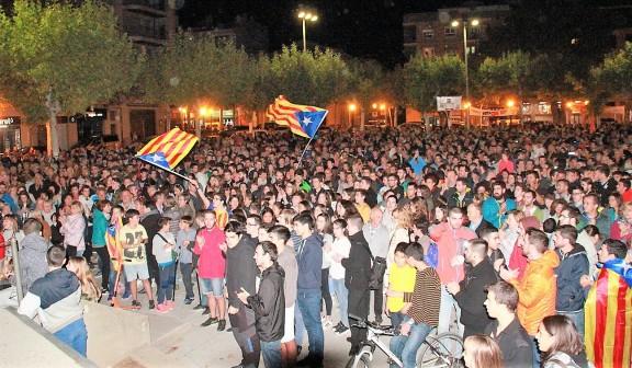 Centenars de solsonins celebren el resultat del referèndum a la Plaça del Camp