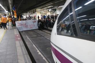 Vés a: El jutge investiga nou persones per ocupar les vies del tren a Sants durant la vaga del 8-N